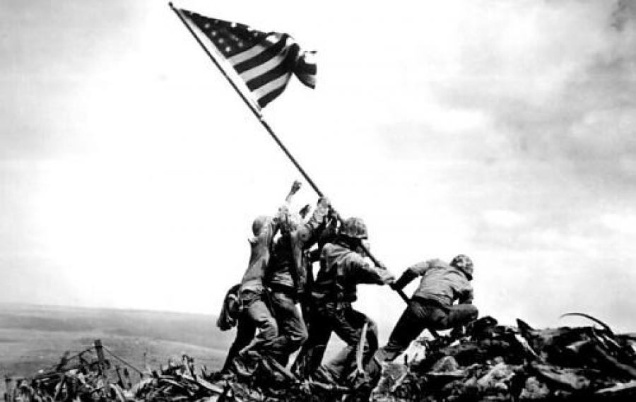 Морские пехотинцы водружают знамя над рейхстагом